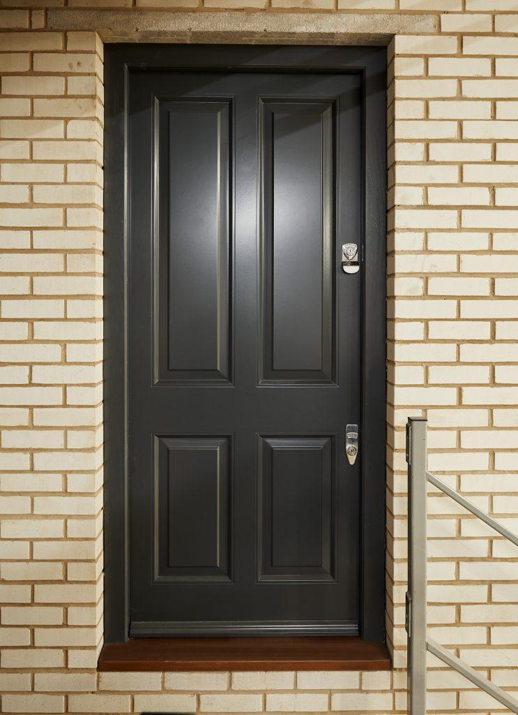 timber-door-with-banham-lock
