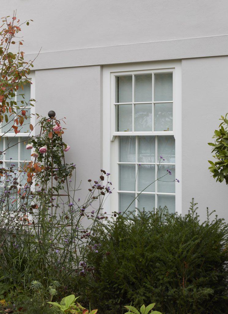 a box sash window, used to compare to a spring sash window